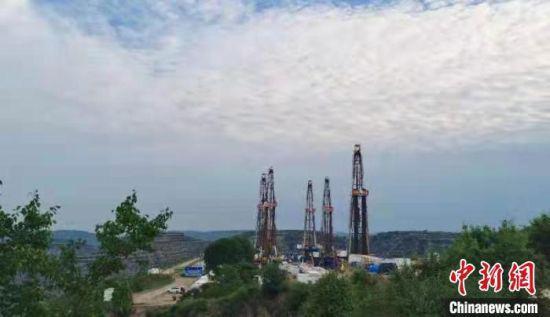 图为长庆页岩油华H100平台打造陆上采油航母,地上五部钻机齐头并进,地下31口水平井同步作业。 李忠斌 摄