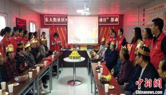 图为灵台县东大街社区给辖区老人过生日。(资料图) 受访者供图