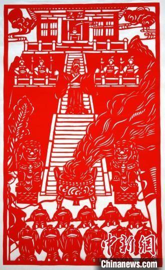图为李敏贤创作的剪纸作品《灵台祭天》。 郭惠民 摄
