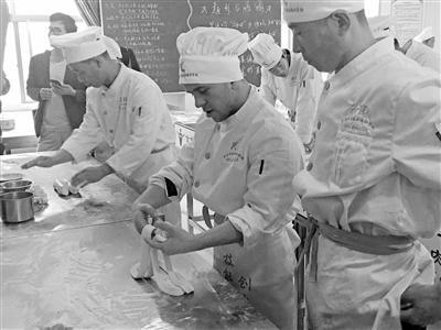 外籍人士在兰州学习兰州牛肉面制作技术。