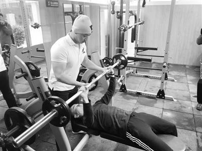 健身教练指导居民健身。
