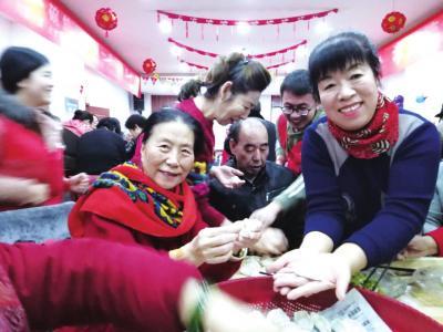 志愿者和空巢老人一起包饺子