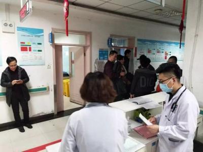 春节期间,医护人员坚守岗位,为患者服务。 刘晓芳摄