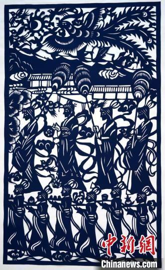 图为李敏贤创作的剪纸作品《西王母夜宴》。 郭惠民 摄