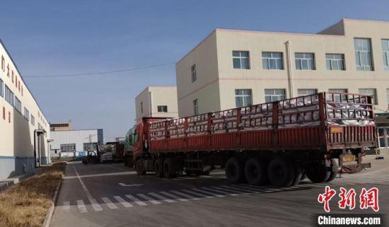 图为甘肃大北农公司厂区内等待入库的原料。受访者供图