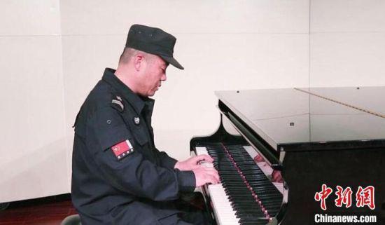 岳师傅接触钢琴已有一年时间。如今,他已学会了《天空之城》和《月亮代表我的心》两首曲子。  王瑛 摄