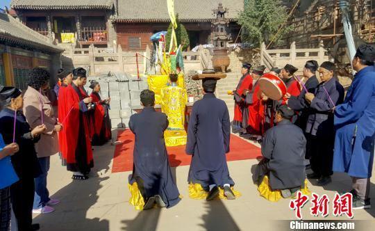 道教信徒们会在这一天到宫观庙宇中烧香祈福,或在家里颂经祈祷。徐振华摄