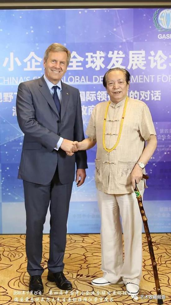 图:德国前总统武尔夫先生亲切接待江荣宇院长