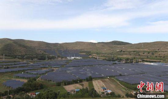 俯瞰甘肃通渭榜罗镇四新村级光伏电站。