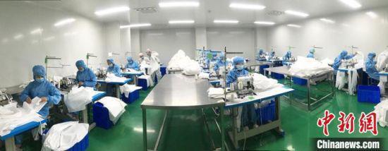 图为甘肃蓝康医疗器械科技有限公司防护服生产线。受访者供图