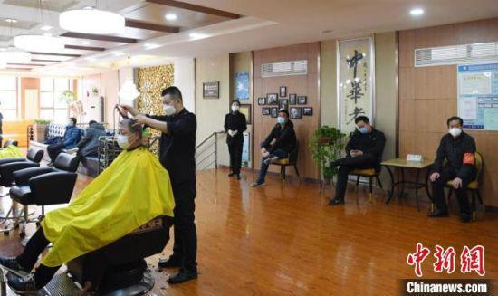图为顾客佩戴口罩间隔一段距离等待。 杨艳敏 摄