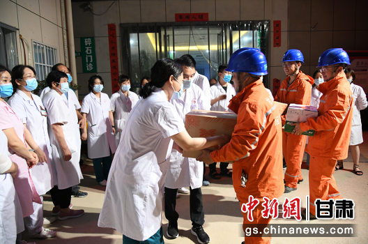 图为国网定西供电公司员工为郑州医护人员送上慰问品。