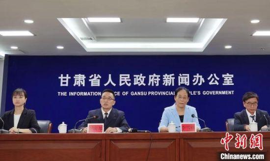 9月2日,甘肃省政府新闻办举行《甘肃省食品安全举报奖励办法》新闻发布会。 史静静 摄
