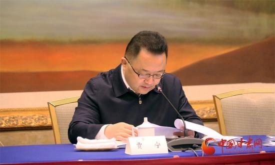 省政府副秘书长贾宁介绍相关情况