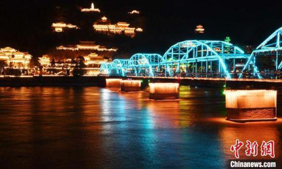 图为兰州百年黄河铁桥在五彩灯光的映衬下美轮美奂。(资料图) 杨艳敏 摄