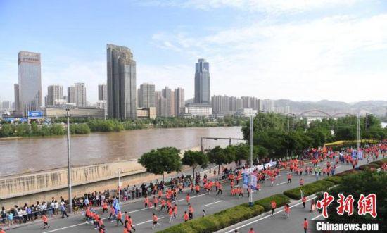 图为往年兰州马拉松开跑画面。(资料图) 杨艳敏 摄