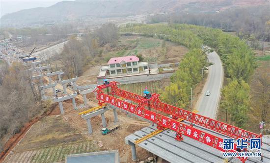 这是临大高速公路团结大桥建设现场(11月4日摄,无人机照片)。新华社发(史有东 摄)