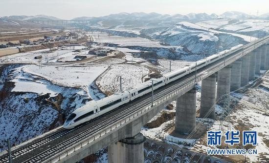 一列运行试验动车组列车驶过银西高铁马坊沟特大桥(2020年12月12日摄,无人机照片)。新华社记者 陈斌 摄