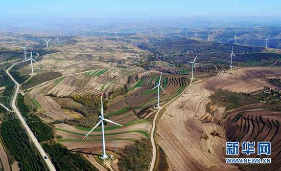甘肃省定西市通渭县华家岭风电场的风力发电机组(资料照片)。新华社记者 陈斌 摄