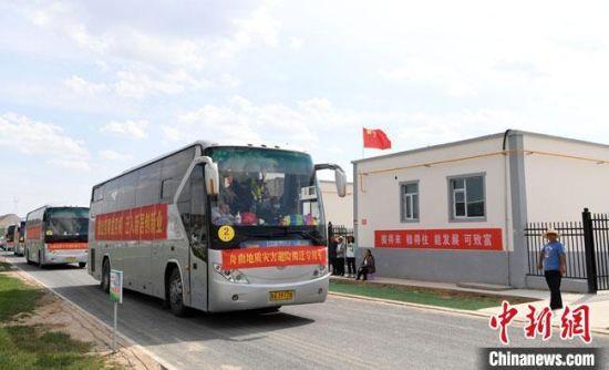 8月13日,甘肃舟曲县第三批60户避险搬迁村民到达兰州新区并入住,开启美好新生活。  杨艳敏 摄