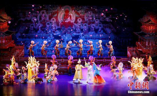 图为演员演绎舞剧《丝路花雨》。 中新社记者 高展 摄