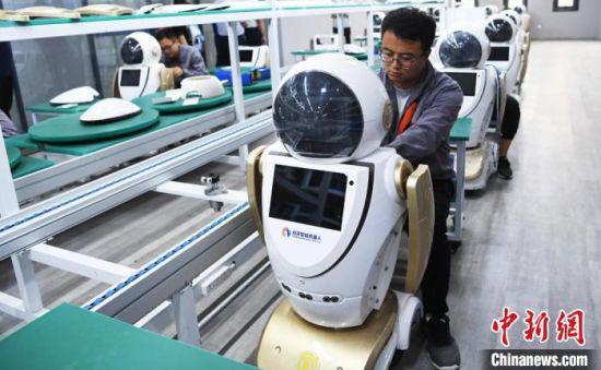 图为由甘肃张掖市制造出的智能机器人。(资料图) 杨艳敏 摄