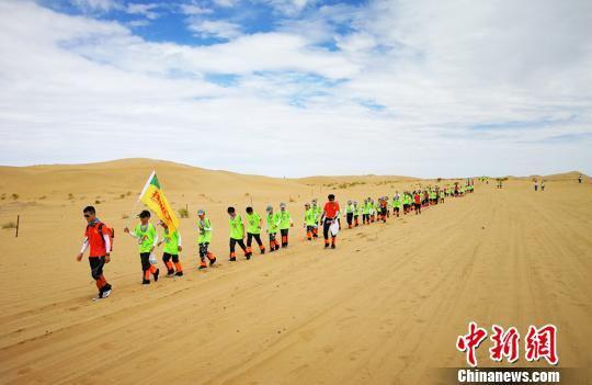 图为沙漠中前行的队伍。 高展 摄