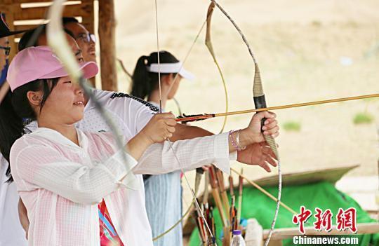 图为营员们体验射箭乐趣。 高展 摄