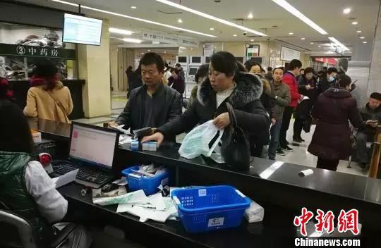 资料图。2018年1月31日,患者在甘肃省人民医院排队取药。   蒲君峰 摄