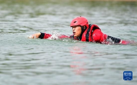 9月29日,消防员在甘肃省临夏回族自治州永靖县刘家峡水域进行落水人员营救训练。新华社记者 陈斌 摄