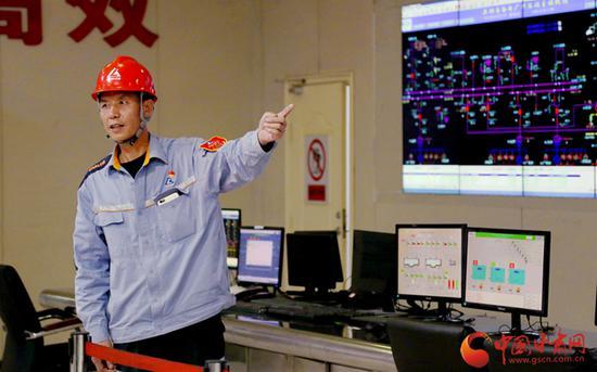刘志勋在向记者介绍他的工作