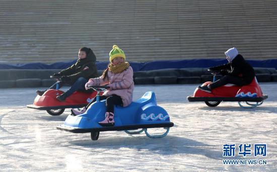 12月22日,游客在第三届敦煌文博冰雪节现场游玩。