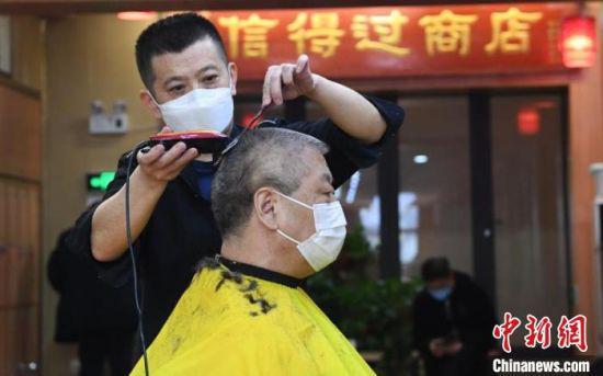 2月24日是农历二月二,兰州市城区的理发店,顾客理发。 杨艳敏 摄