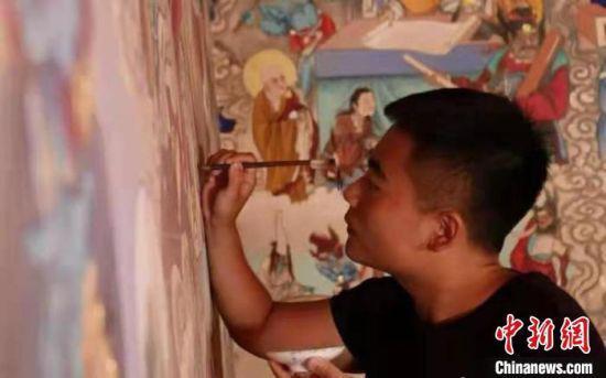 6月中旬,甘肃省定西市青年臧博接受中新网记者采访时表示,要为传承传统壁画绘制技艺尽一己之力。 受访人供图