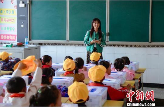 爱心人士给甘南贫困地区孩子们上课。 魏星 摄