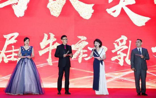(左一 南京电视台主持人——薛 华女士,左二 中央电视台法制栏目知名主持人——王筱磊先生,左三 中央电视台原《为您服务》、《夕阳红》栏目主持人——张 悦 女士 ,左四 南京百纳福生物科技有限公司副总裁——杨锦维先生)