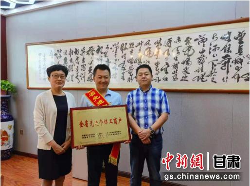 高新分局领导班子成员为榆中定远段记酒店授牌。