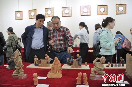 2018年3月28日,第一届天水市文化创意产品设计大赛暨文化双创周展览在天水市文化馆开幕。 赵安生 摄