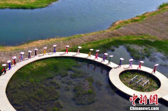 百位女性穿上旗袍庆祝节日。 王将 摄