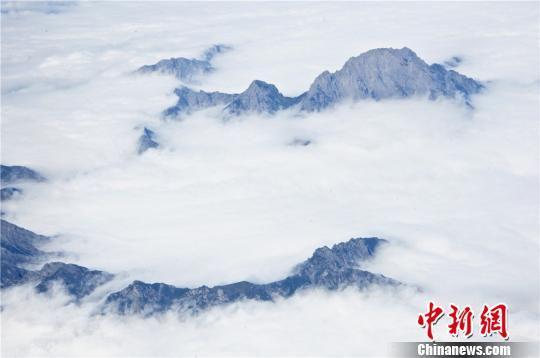 云雾缭绕宛若仙境。 王将 摄