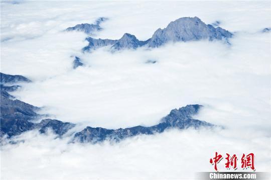 高楼山位于甘肃文县,其主峰名叫雄黄山,是秦岭地区的最高峰。 王将 摄