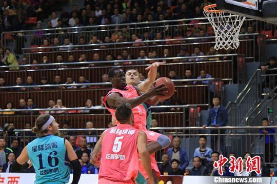 此次比赛共邀请美国职业联队、塞尔维亚国家明星队、克罗地亚国家明星队和美国芝加哥热舞俱乐部啦啦队,举办为期3天的定西欧美国际职业男子篮球邀请赛。 张亚东 摄