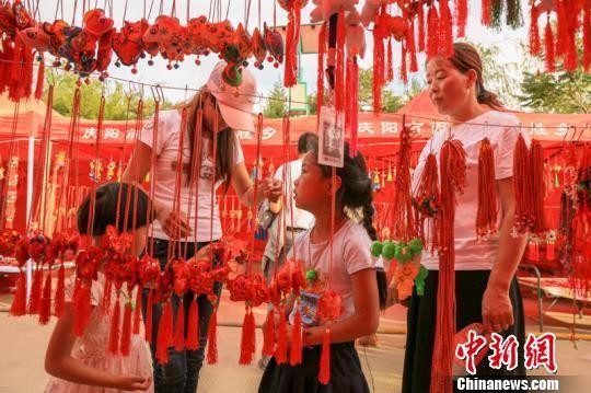 图为庆阳端午香包民俗文化节人流如织。 陈飞 摄