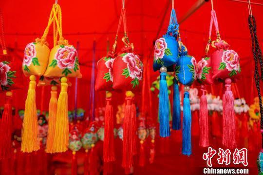 6月15日至19日,第十六届甘肃庆阳端午香包民俗文化节开幕。庆阳香包又称绌绌,是甘肃庆阳的一种民俗物品。近期,庆阳香包绣制技艺入选国家第一批传统工艺振兴目录。 陈飞 摄
