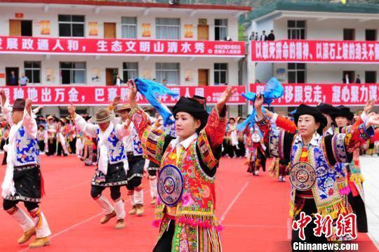 当地藏族妇女们尽情地跳舞,歌颂大自然和美好幸福的生活。 李岩 摄