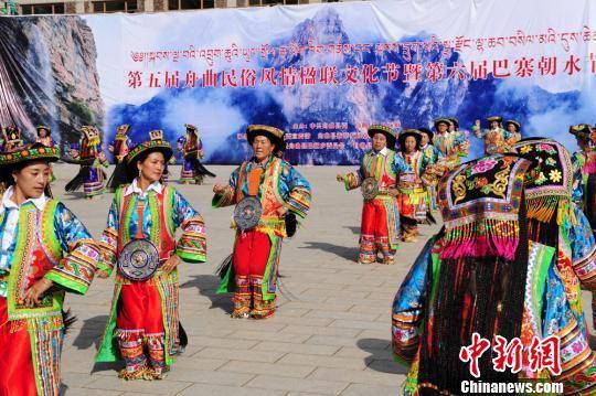 甘肃舟曲县第五届舟曲民俗风情楹联文化节暨第六届巴寨朝水节举办。 李岩 摄