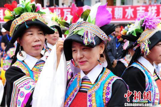 图为当地藏族妇女整理服饰。 李嘉峰 摄
