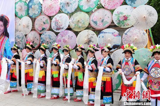 舟曲县藏族民众祈福安康。 李嘉峰 摄