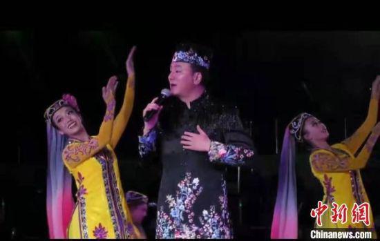 图为马忠伟4月在北京演唱现代花儿。(资料图) 受访人供图