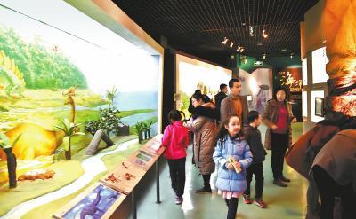 博物馆里人潮涌动。